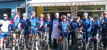 cicloturisti-alla-casa-del-gelato-1-rid